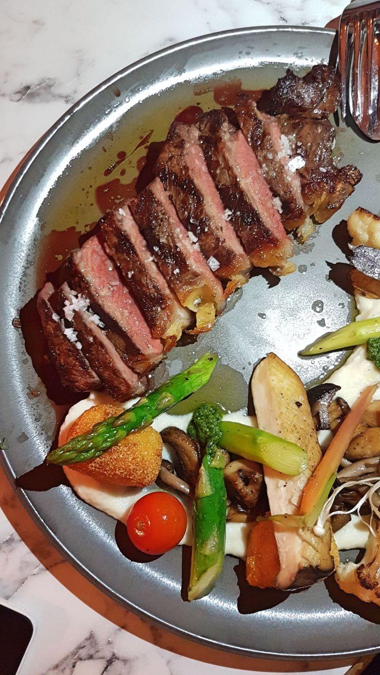 NY Strip Steak maturado (300g - 40 dias maturação), puré de couve flor, legumes Mistu